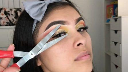 I vari trucchi per il make up di questa ragazza: si prepara usando anche delle forbici