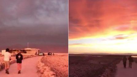 Il cielo si scurisce poi si tinge di mille colori: lo spettacolo del tramonto nel deserto di Atacama