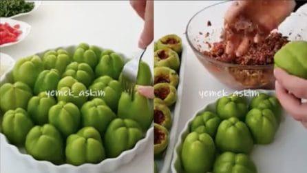 Buca i peperoni con la forchetta e li farcisce: un'idea originale e gustosa