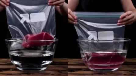 Immerge il sacchetto con la carne in una ciotola d'acqua: non crederai al motivo