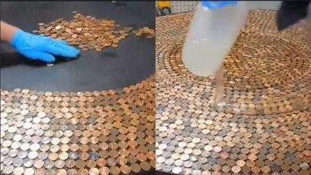 Versa la colla sulle monete: un'idea d'arredo molto originale