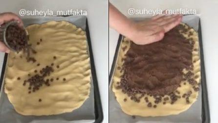 Ricopre la pasta frolla con gocce di cioccolato: una merenda gustosissima