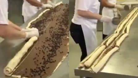 Riempiono il rotolo con gocce di cioccolato e poi o tagliano nel centro: il motivo vi sorprenderà