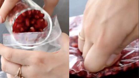 Mette i semi del melograno in una bustina trasparente e li schiaccia: il motivo vi stupirà