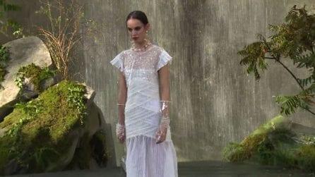 Moda Parigi, sfilata di Chanel tra le cascate del Grand Palais