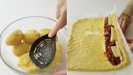 Schiaccia le patate poi crea un rotolo con ripieno goloso: il risultato è da acquolina in bocca