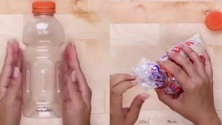 Taglia una bottiglia e inserisce il sacchetto: l'idea geniale che torna utile in cucina