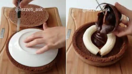 Appoggia un piatto sul disco di pan di Spagna: banane e cioccolata per un dolce davvero originale