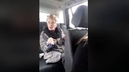 All'improvviso parte la musica e quello che fa la nonnina in auto è uno spasso