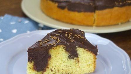 Poke cake al cioccolato: la torta super golosa con una sorpresa deliziosa!