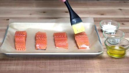 Mette l'olio sul salmone con un pennello: il risultato finale è gustosissimo