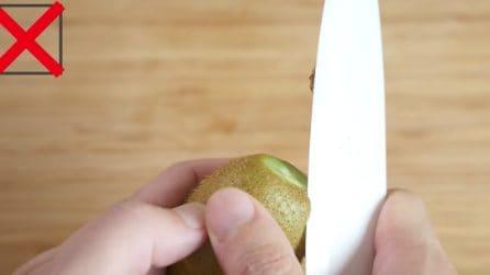 Non sbucciarlo con il coltello: il modo giusto e veloce per pulire un kiwi