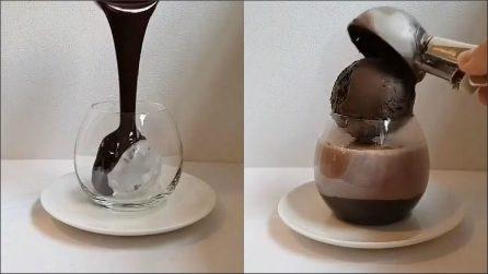 Versa il cioccolato sul ghiaccio e prepara una prelibatezza per il palato