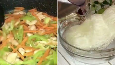 Pollo e verdure a pezzettini, poi versa l'acqua bollente sugli spaghetti di riso: la ricetta golosa