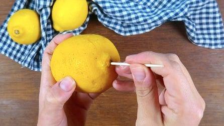 Come spremere un limone senza tagliarlo