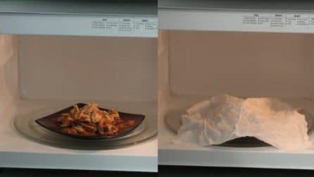 Mette un piatto di pasta nel microonde e lo copre con un tovagliolo umido: che trovata geniale