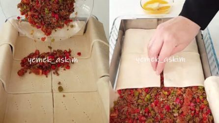 Mette verdura e carne macinata nella teglia e poi ricopre con pasta sfoglia: da leccarsi i baffi