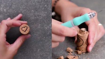 Intaglia il tappo di sughero creando un cuore: quello che realizza è stupendo