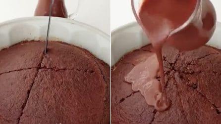 Taglia il dolce appena sfornato poi versa la salsa al cioccolato: una torta davvero golosa