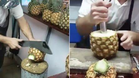 Taglia l'ananas ed estrae la polpa in pochi secondi: ciò che crea è spettacolare