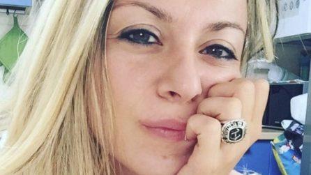 Hostess italiana conquista il web con i suoi tweet esilaranti sui passeggeri al check in