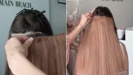 Raccoglie i capelli poi applica le extension di un altro colore: il sorprendente risultato