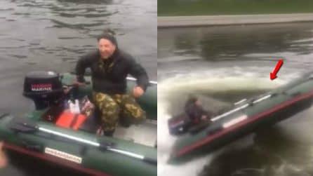 Sta per mettere in moto la sua nuova barca: quello che accade un secondo dopo è davvero esilarante
