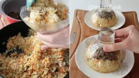 Mette il riso nelle coppe di vetro, poi le capovolge nei piatti: il risultato è irresistibile
