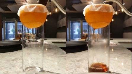 Mette l'arancia sul bicchiere e versa dell'acqua dentro: un'idea originale per una bevanda gustosa