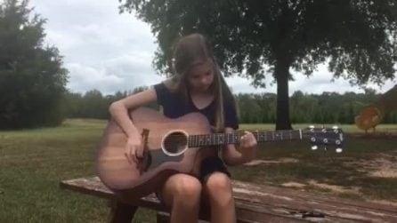 Imbraccia la sua chitarra e questa ragazzina dà spettacolo