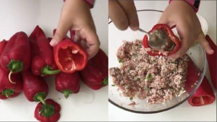 Svuota i peperoni e li riempie di riso: una ricetta alternativa e buonissima