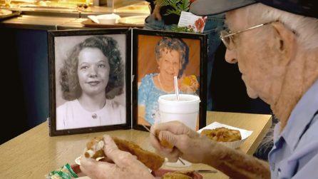 L'amore infinito tra Clarence e Carolyn: lei è morta, ma lui pranza con le sue foto sul tavolo