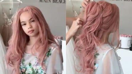 La ragazzina ha dei lunghi capelli rosa: la parrucchiera la trasforma in una vera principessa