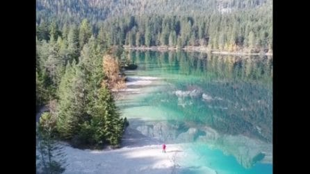 Trentino, il drone si solleva sullo specchio d'acqua cristallina: lo spettacolare lago di Tovel