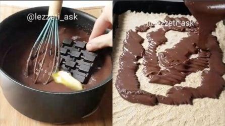 Mette una tavoletta di cioccolata nell'impasto: un dessert unico e squisito