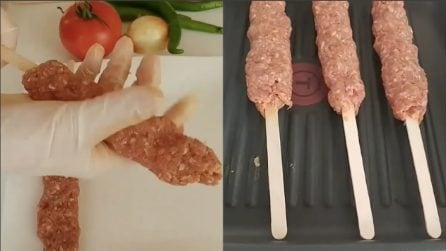 Mette la carne macinata intorno ai bastoncini e prepara un piatto sfizioso