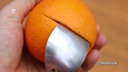 Taglia la buccia dell'arancia e infila il cucchiaio: il risultato finale è splendido