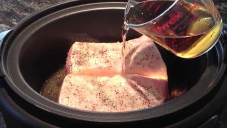 Mette il maiale nella pentola poi versa l'aceto di sidro di mele: una ricetta gustosa