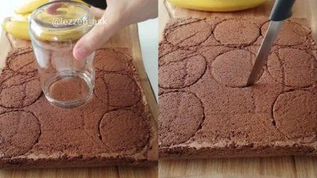 Mette un barattolo sul pan di spagna e taglia a cerchietti: un dessert gustosissimo