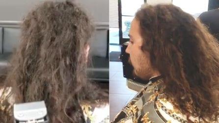 Il ragazzo ha dei capelli lunghi e trascurati: il barbiere lo trasforma completamente