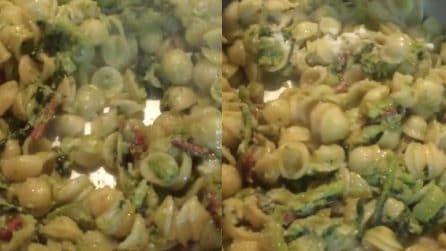 Orecchiette con broccoli e salsiccia piccante, un primo piatto tipico della cucina mediterranea