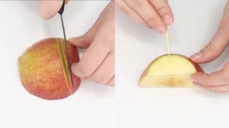 Affetta la mela e infila uno stuzzicadenti: quello che realizza è davvero creativo
