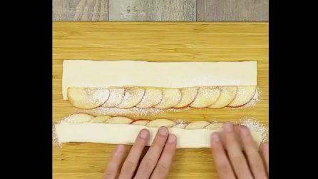 Taglia la mela a fette e la avvolge nella pasta frolla: una fantastica creazione