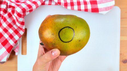 Disegna un cerchio sul mango: ecco come tagliarlo