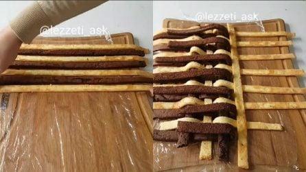Taglia delle strisce di pan di spagna e le intreccia: un dolce creativo e goloso