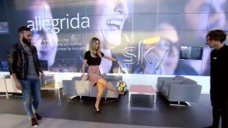 Show di Diletta Leotta con due calciatori: palleggi con i tacchi a spillo
