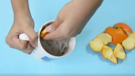 Mette il sale e la buccia dell'arancia nella tazza: il risultato è sorprendente