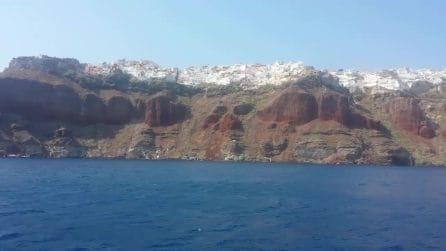 Costeggiando Santorini in barca: un tour stupendo
