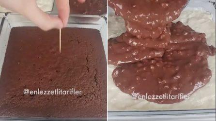 Ricopre il pan di spagna con cioccolato e nocciole: un dessert da acquolina in bocca
