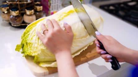Vuole preparare la lattuga ma il tagliere scivola di continuo: l'ottimo rimedio per evitarlo